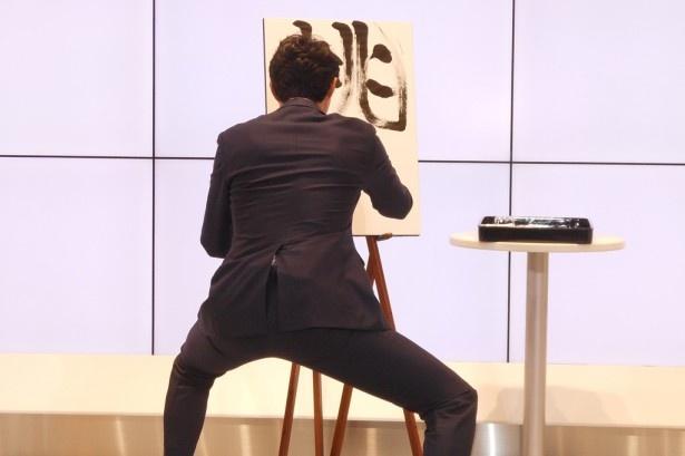 松岡は会場のみんなが注目する中、自身の格言「挑戦」を記す