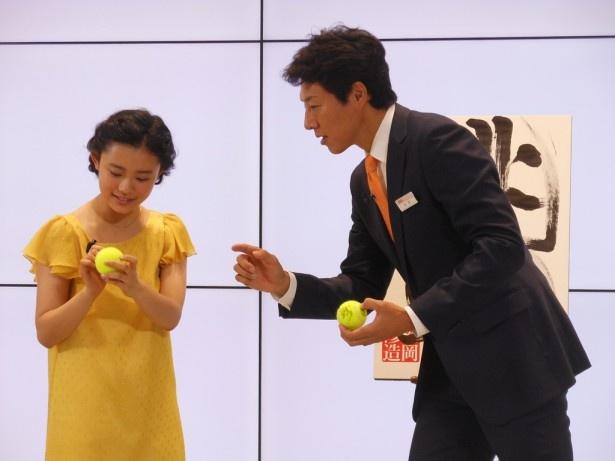 今、非常に盛り上がっているテニスにあやかって、マスコミに二人のサイン入りのテニスボールをプレゼント!