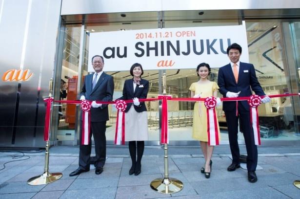 オープニングセレモニーではテープカットも行われた。(左から)auの田中孝司社長、「au SHINJUKU」の石水久美店長、杉咲花、松岡修造