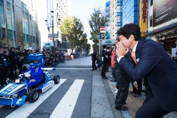 これから新宿の街に繰り出す「デジラカート」にエールを送る松岡