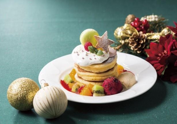 【写真を見る】ピスタチオのマカロンにイチゴマスカルポーネクリーム、キウイなどフルーツ、カシスソルベにバニラアイス、ラズベリーなどをプラスした「クリスマスパンケーキ」(699円)