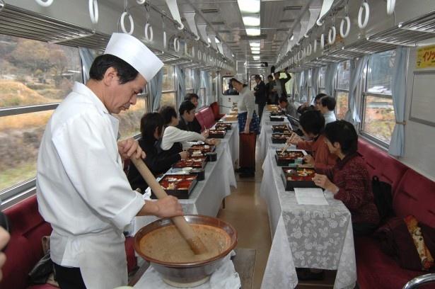 電車の中にすり鉢が!すりたての自然薯とろろご飯を味わえる