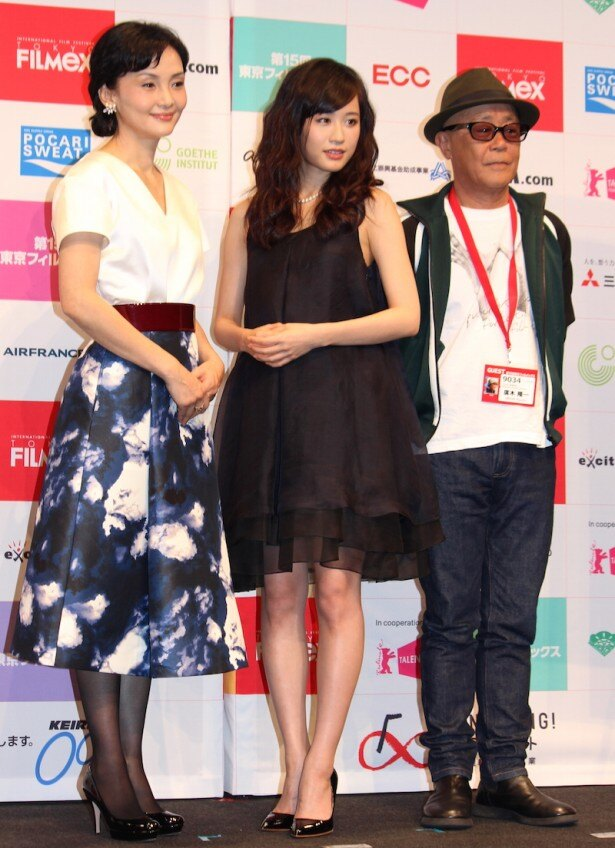 【写真を見る】前田敦子が黒の透け感のあるミニドレスで美脚を披露!