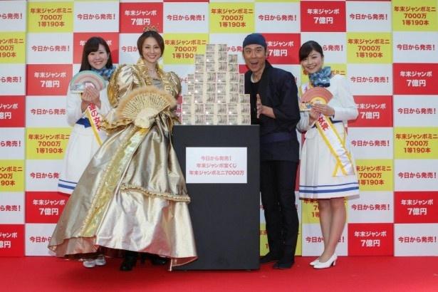 7億円の現金の量に驚いた表情を見せる米倉涼子と原田泰造