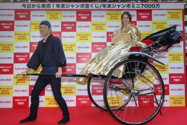 【写真を見る】人力車と共にCMのイメージ通りの衣装で登場した米倉涼子(右)と原田泰造(左)