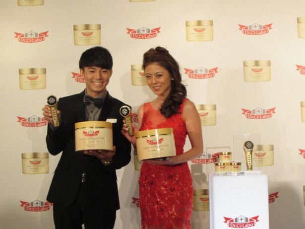 「ベストハリ肌ニスト」を受賞した武田久美子(右)とエスコート役のピース・綾部佑二(左)