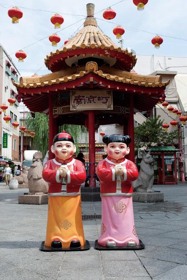南京町広場に立つお金の神様「小財神人形」はさわると幸せになれるとか