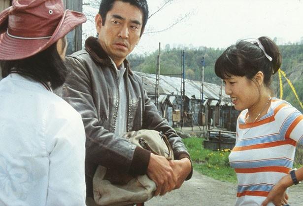 【写真を見る】高倉健さんは模範囚として六年の刑期を終えた島勇作役で主演。行きずりの若者2人(武田鉄矢、桃井かおり)と共に、島は妻(倍賞千恵子)の元へ向かう。