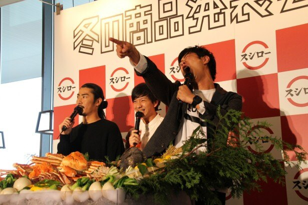「北海道甘えびのビスク」を試食した尾形(右)は「おいしい!スシローサンキュー!!」と体いっぱいに感謝を表現