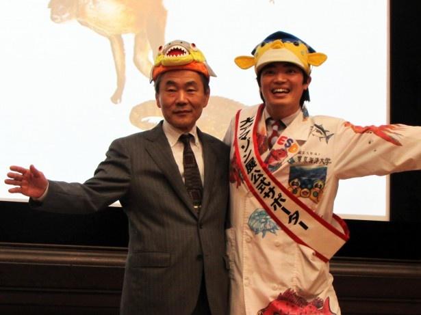 「大アマゾン展」公式サポーターに就任したさかなクン(右)と、国立科学博物館の林良博館長(左)
