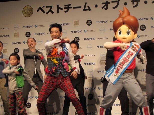 【写真を見る】加藤憲史郎、おちまさと氏、齋藤孝氏も含めて、全員で「ようかい体操第一」を披露
