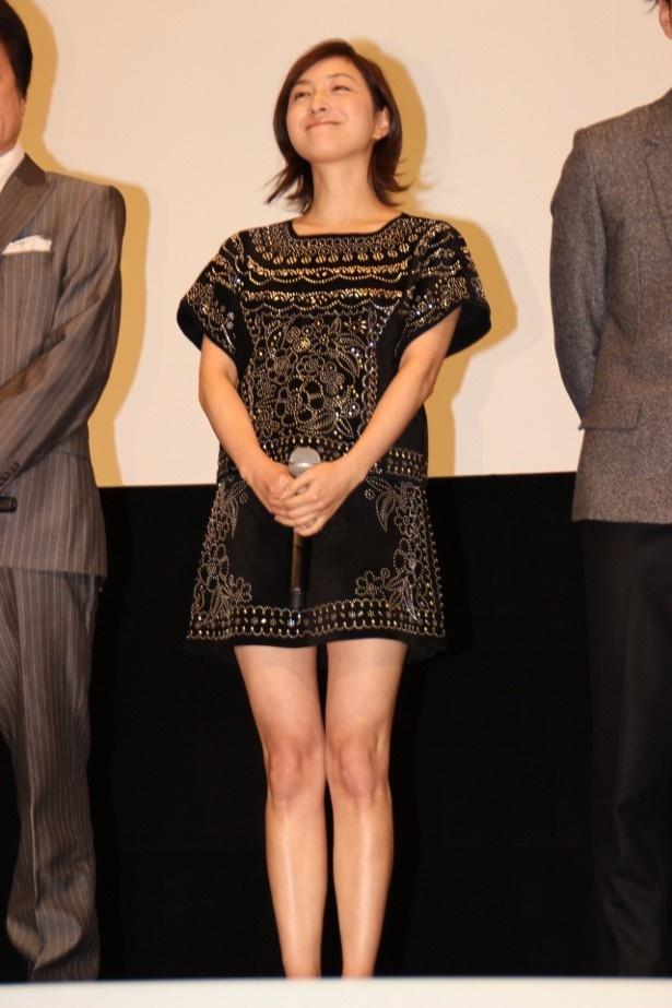 広末涼子は超ミニにワンピースで美脚を披露