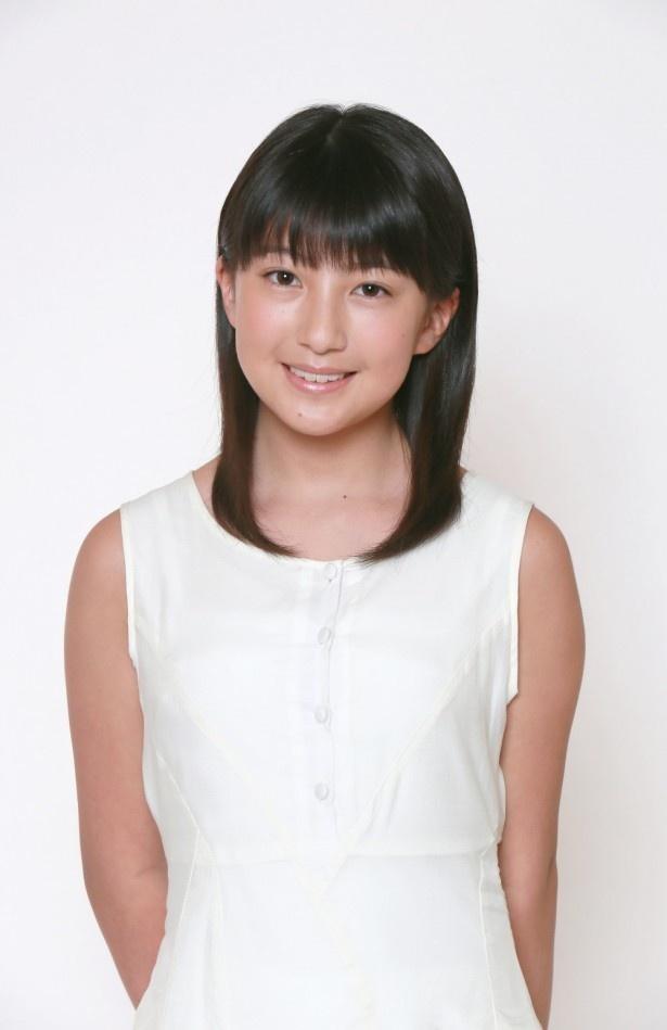 羽賀朱音(はが・あかね)。2002年3月7日生まれ(12歳)。長野県出身。O型。身長153cm。特技は書道(7段)。グループ内最年少メンバーになる