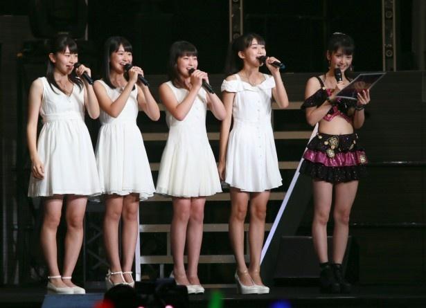 【写真を見る】初お披露目のステージ上でも、道重さゆみが「全員が私のタイプ」と4人の美少女ぶりを絶賛!