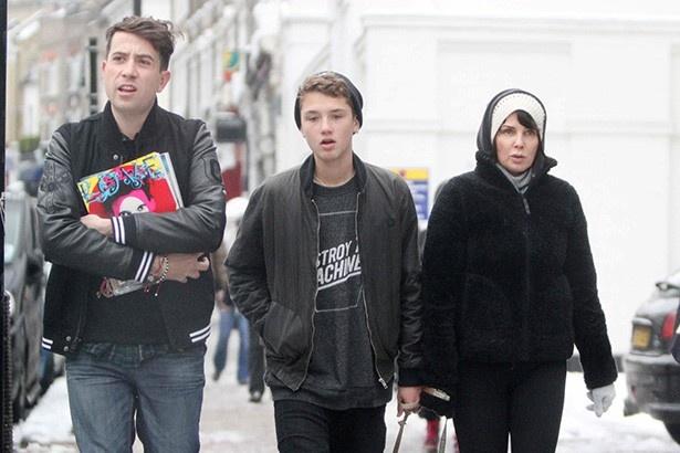 写真中央、ジュード・ロウの息子ラファティ・ロウはDKNYのモデル