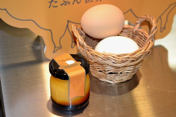 【写真を見る】2種類の卵を使用した、玉子屋やまたかの自家製プリン「天国のぶた」(4個入り、1461円)