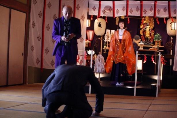 【写真を見る】1月12日(月)の第10作では、安達祐実を演じる教祖を前に、銀次郎が土下座!?