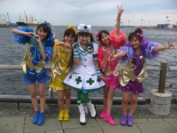 ATC海辺のステージで開催されたイベントでは根岸可蓮(中央)の生誕祭も! れんれんの衣装は人気アニメ「ラブライブ!」の南ことりちゃんのコスプレです!