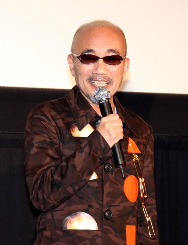 竹中直人は、拓郎(野村)が住み込みで働くライブハウス「モンスターGOGO」の店長・松本猛を熱演