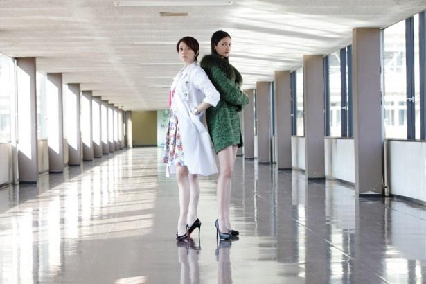 「ドクターX~外科医・大門未知子供~」に出演する米倉涼子、菜々緒(写真左から)