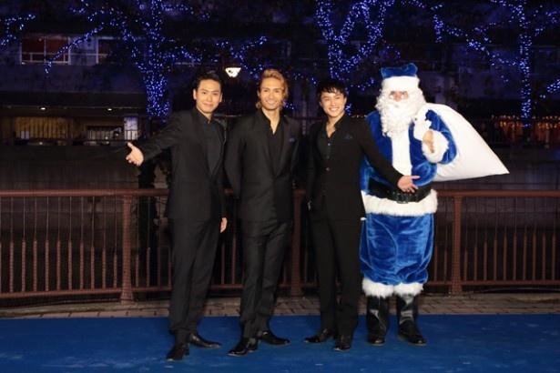 青く染まった桜並木と青いサンタクロースと一緒に。左から山下健二郎(三代目 J Soul Brothers)、橘ケンチ(EXILE)、白濱亜嵐(EXILE / GENERATIONS from EXILE TRIBE)