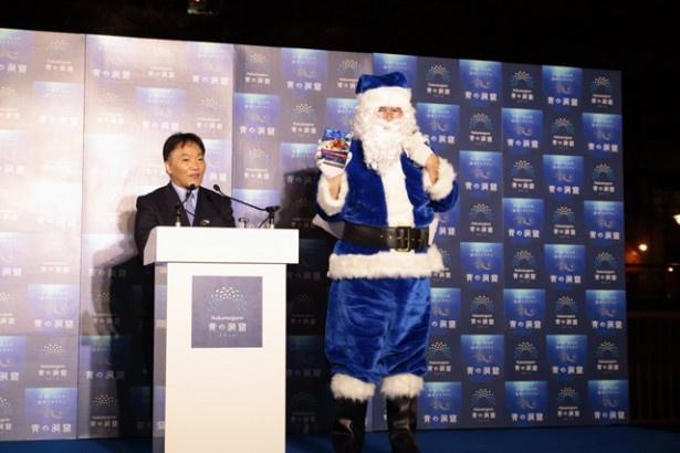 青いサンタクロースを紹介する岩橋恭彦日清フーズ取締役。このイベントの話を聞いた時、一も二もなく協賛することを決めたという