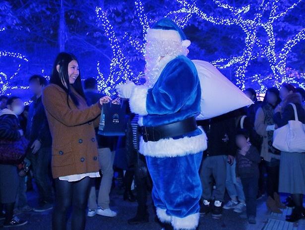 会場では青いサンタクロースがクリスマスプレゼントを配布