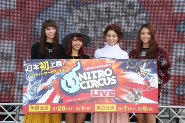 【写真を見る】左から佐藤晴美、Aya、楓、須田アンナ。至近距離でのパフォーマンスに絶叫!
