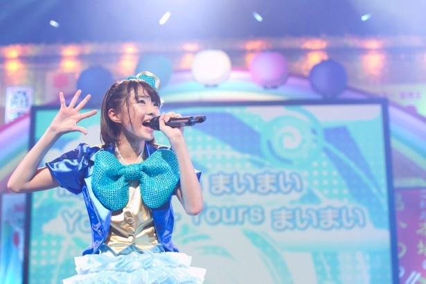 春名真依は、これぞアイドルソングといえるソロ曲「まいっちんぐ☆まいまいマジック」を堂々と歌い上げた