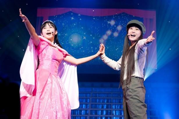 ミュージカル風の楽曲「道子とクラリス」でお姫様にふんした彩木咲良(写真左)と貧しい環境で育った少女役の根岸可蓮(右)