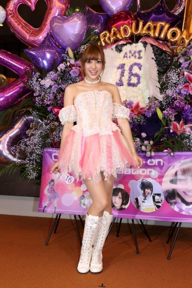 【写真を見る】夜公演の前に自身がデザインしたという衣装で記者会見に登場した菊地亜美