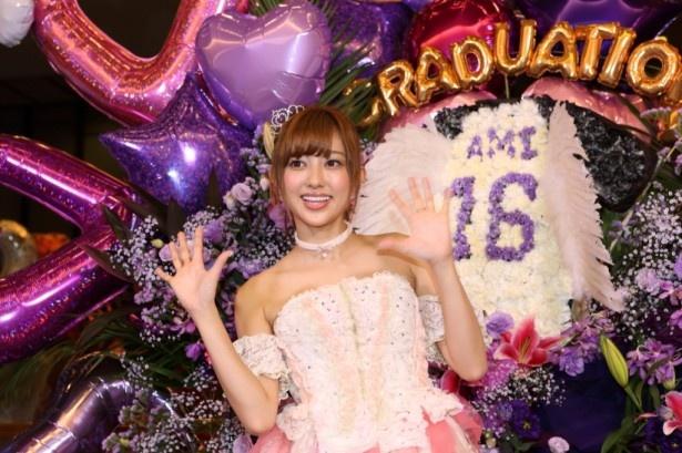 「無いときもあったくらいで、こんなに大きいのは初めて」と語りながら自分に向けられた大きなスタンド花りの前で笑顔を見せる菊地亜美
