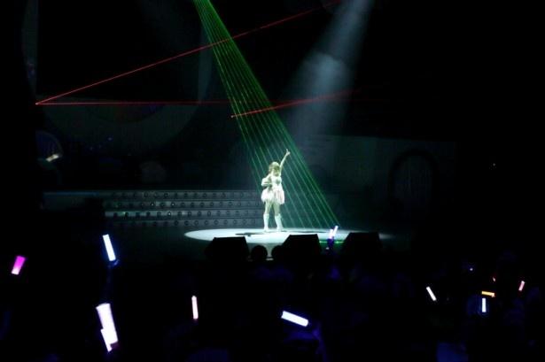 ライブ(夜公演)は中央のせりから菊地が登場してスタート