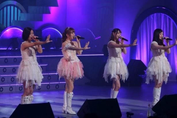 (左から)朝日奈央、菊地亜美、大川藍、玉川来夢による「涙のフリージア」