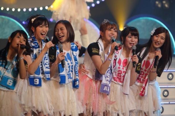 自身の卒業ライブに登場したアイドリング!!!の菊地亜美。(左から)外岡えりか、横山ルリカ、朝日奈央、菊地、高橋胡桃、橋本楓