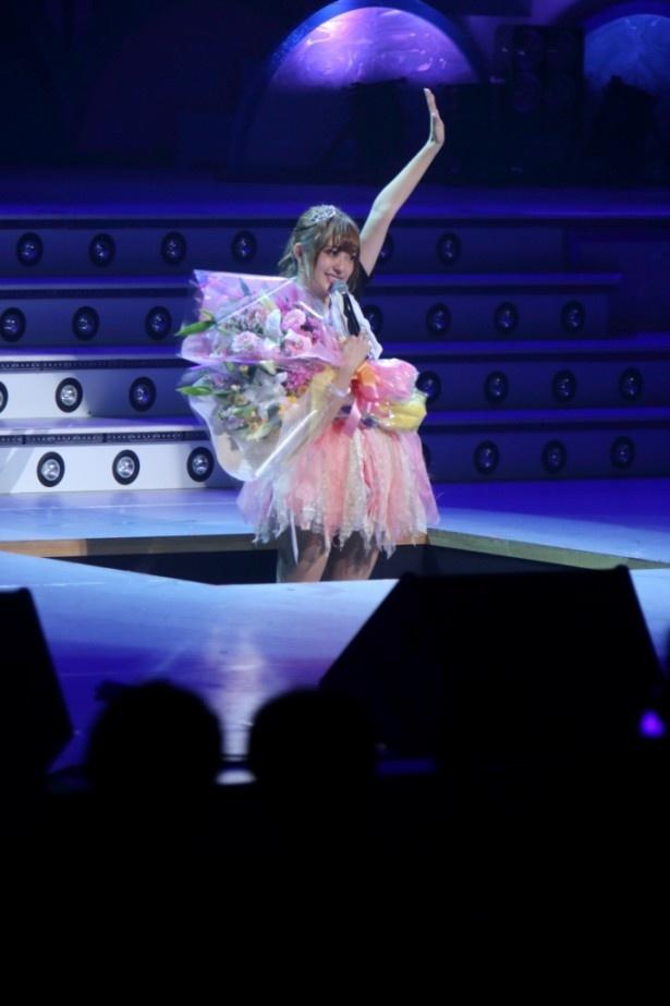 登場した時と同じ舞台中央のせりから退場する菊地