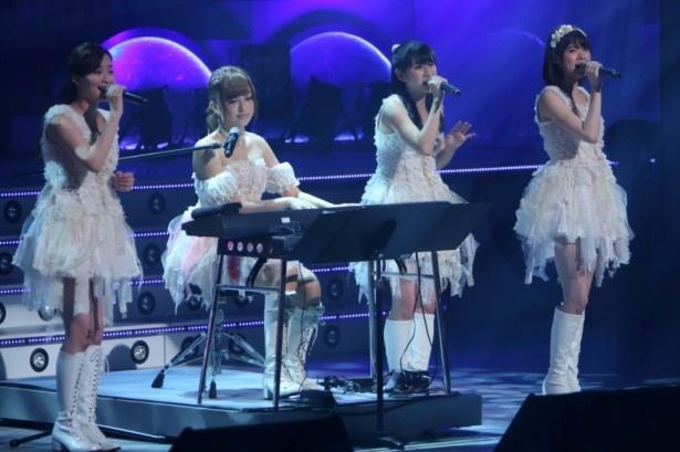 「想いの詩」を歌う(左から)三宅ひとみ、菊地亜美、関谷真由、伊藤祐奈。菊地はピアノを披露