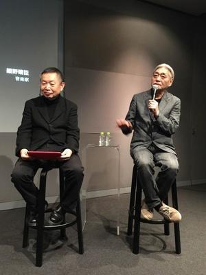【写真を見る】野上眞宏(写真左)と細野晴臣(同右)の間には、長い付き合いならではのリラックスした空気が流れていた