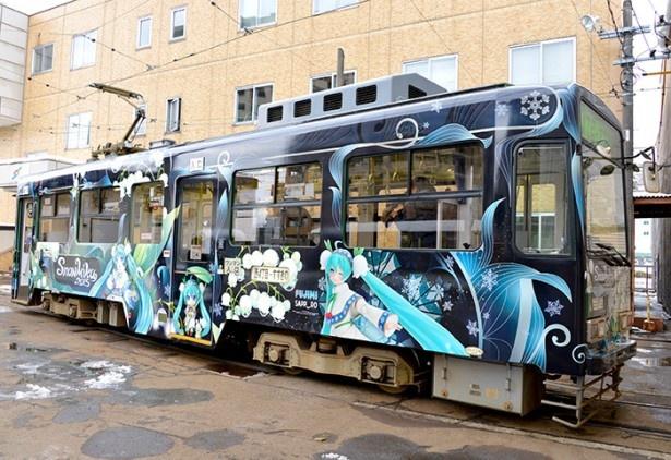 【写真を見る】スズランとナナカマドの実があしらわれた衣装を身にまとう、2015年度版の雪ミク電車