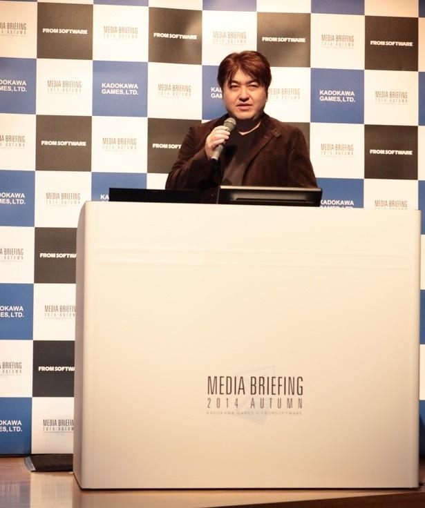 檀上で説明を行なうプロデューサーの田中謙介さん
