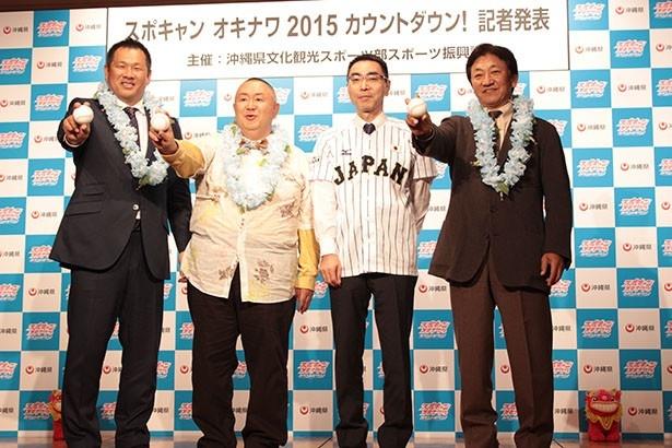 沖縄県文化観光スポーツ部の渡久地一浩さんは、侍ジャパンのユニフォームを着て記念撮影に臨んだ