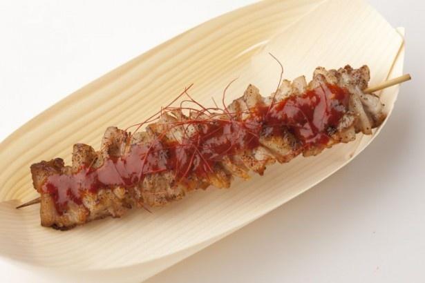 【写真を見る】コウケンテツ考案の「うま辛ソースの串焼きサムギョプサル」