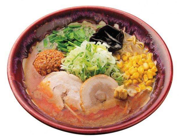 札幌らーめん 大地「辛味噌らーめん」。辛肉味噌をスープにときながら味の変化を楽しんで