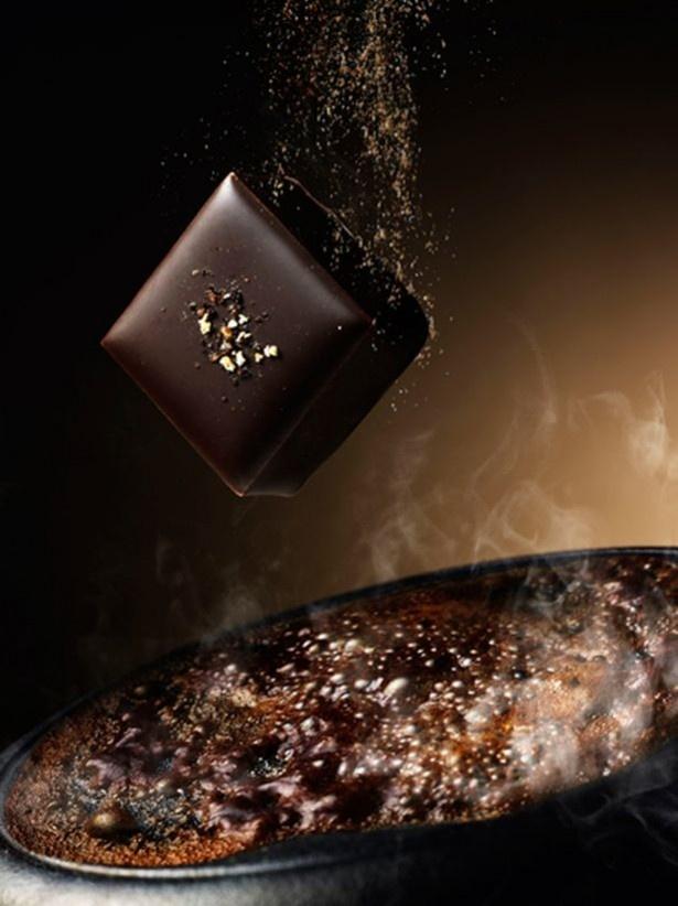 「こがし醤油」は、熟した醤油の香ばしい風味をショコラで表現した。醤油特有の旨味がミルクチョコレートと見事に調和する