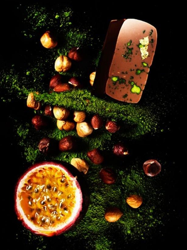 苦味と酸味、甘味がバランス良くミックスされた「抹茶&パッションのプラリネ」。ヘーゼルナッツで作るプラリネのサクサクとした食感も楽しい