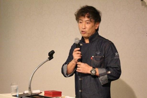 ショコラへの熱い想いを交えながら、新作コレクションを解説する小山進氏
