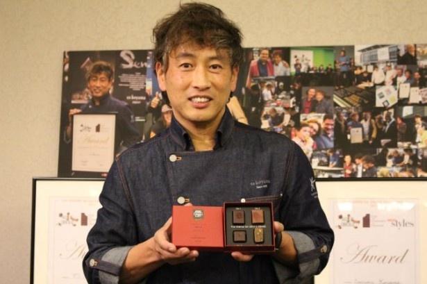 サロン・デュ・ショコラでの受賞作を手に微笑む小山進氏