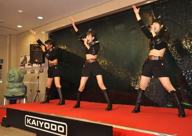特設ステージでダイナミックな踊りと歌を披露するはちきんガールズ。左から梶原妃菜子、川村あやの、石川彩楓