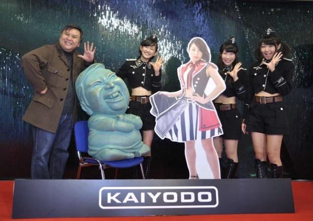 ライブ修了後は宮脇社長と大きなセンムさんフィギュアに加え、留学中の平田伊梨亜のパネルも加わって記念撮影