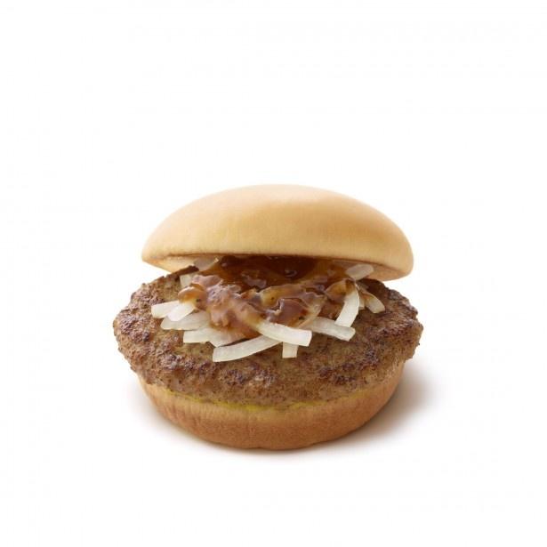 """【写真を見る】国産肉100%使用のハンバーグにオニオンスライスをのせ、国産丸大豆醤油ベースの""""醤油ソース""""をかけた定番商品「とびきりハンバーグサンド プレーン」(380円)"""